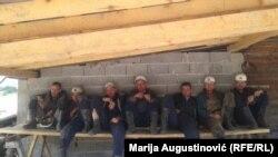 Rudari koji vani daju podršku svojim kolegama u jami