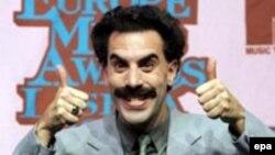 Ұлыбританиялық комик Саша Барон Коэен Борат ролінде.