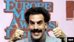Актер Саша Барон Коэн Бораттың образында. Лиссабон, 3 қараша 2005 жыл.