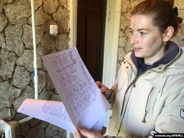 Юлія Папко зьбірае подпісы жыхароў Гошчава, каб перавесьці школу на расейскамоўнае навучаньне
