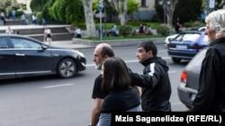 Малхаз Мачаликашвили покинул территорию перед парламентом, сказав, что едет молиться