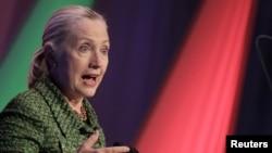 АҚШ мемлекеттік хатшысы Хиллари Клинтон «Интернет еркіндігі» халықаралық конференциясында. Нидерланд, 8 желтоқсан 2011 жыл.