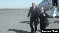 """Madeleine Albright pas arritjes në Aeroportin Ndërkombëtar të Prishtinës """"Adem Jashari"""", ku u prit nga Ministri i Punëve të Jashmte, Enver Hoxhaj"""