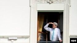 Ядролук сүйлөшүүдөгү танапис маалында АКШ Мамкатчысы Жон Керри терезеден сыртка көз салууда. 1-апрель 2015