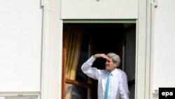 Dövlət katibi John Kerry Lozannadakı otağının pəncərəsindən baxır.