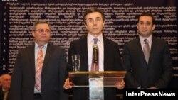 Վրաստան - Ընդդիմադիր գործիչներ (ձախից` աջ) Դավիթ Ուսուպաշվիլին, Բիձինա Իվանիշվիլին եւ Իրակլի Ալասանիան «Վրացական երազանք» քաղաքական կոալիցիայի շնորհանդեսի ժամանակ, Թբիլիսի, 21-ը փետրվարի, 2012թ.