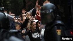 Полицейские оцепили демонстрантов - сторонников независимости Каталонии. Барселона, 1 октября 2017 года.