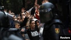 Судири меѓу демонстрантите и полицијата во Каталонија