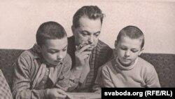 Усевалад Краўчанка з сынамі Ігарам (зьлева) і Сяргеем (справа), 1950-я гады.