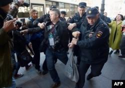Полиция задерживает Динара Идрисова