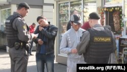 Полицейские проверяют документы мигрантов, вышедших из мечети после пятничной молитвы. Москва, сентябрь 2012 года.