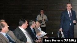 Miomir Mugoša stiže na sastanak u Skupštini Podgorice, novembar 2010.