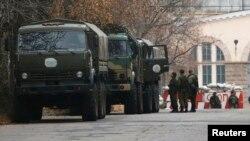 Военная техника близ КПП у въезда в Донецк. 12 ноября 2014 года.