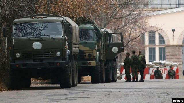 Донецкида сепаратистлар контролендәге тикшерү капкасы янында хәрбиләр һәм хәрби машиналар, 12 ноябрь 2014