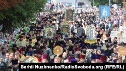 Віряни УПЦ (МП), зокрема, провели урочистий молебень на Володимирській гірці, а потім хресну ходу