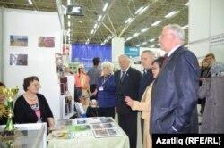 Вәлимә Ташкалова комиссия вәкилләрен таныштыра
