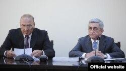 Президент Армении Серж Саргсян (справа) на встрече с руководством Комитета госдоходов, Ереван, 16 июля 2013 г.
