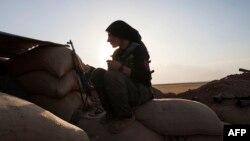 Сирияда согушуп жаткан аял. 2013-жыл.