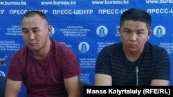 Кастер Мусаханулы (слева) и Мурагер Алимулы на пресс-конференции в пресс-центре Казахстанского бюро по правам человека. Алматы, 14 октября 2019 года.