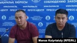 Кастер Мусаханулы (слева) и Мурагер Алимулы на пресс-конференции в Алматы, после которой они были задержаны. 14 октября 2019 года.