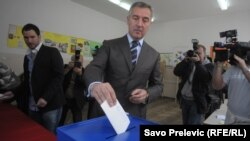 Չեռնոգորիայի այժմ արդեն նախկին վարչապետ Միլո Ջուկանովիչը քվեարկում է խորհրդարանական ընտրություններում, Պոդգորիցա, 14-ը հոկտեմբերի, 2016թ․