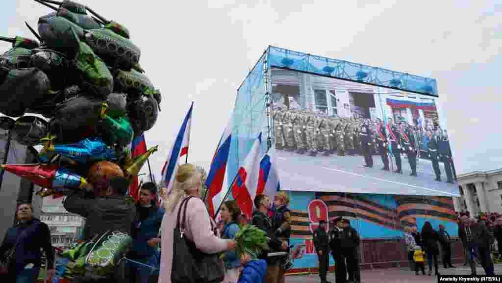 Празднование Дня победы началось с показа боевой техники и вооружения в центре Симферополя