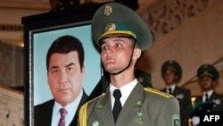 مخالفان رييس جمهوری ترکمنستان می گويند وی در اداره اين کشور شيوه ای تماميت خواهانه را در پيش گرفته است. (عکس: AFP)