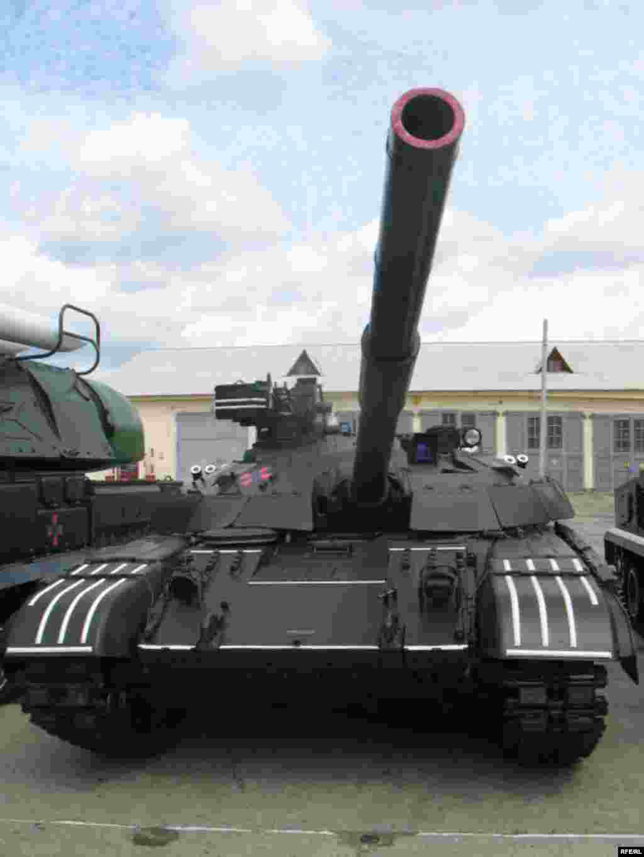 """Військова техніка, що виставлятиметься для показу під час святкування Дня Незалежності України - Український танк """"Булат"""" також минулого року ще був новою розробкою, а тепер вже в бойовому строю"""