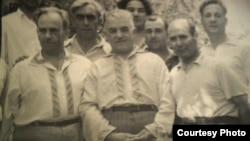 Измаил Хайруллаев (в центре), справа от него Мустафа Селимов