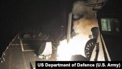 """Ракетный эсминец """"Росс"""" ведет стрельбу ракетами """"Томагавк"""" по сирийской военно-воздушной базе"""