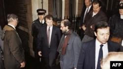Böyük Britaniya - Salman Rushdie polis və mühafizəçilərin əhatəsində, 1992
