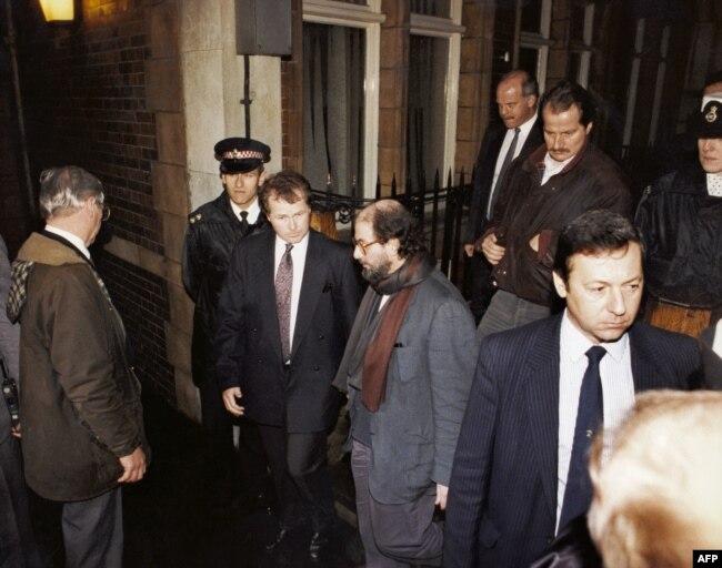 رشدی تحت مراقبت پلیس و محافظانش در لندن در بهمن ماه ۱۳۷۰