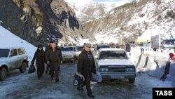 Такси – это общественный транспорт, на который приходится большая часть пассажирских перевозок между Россией и Южной Осетией, причем по горным дорогам