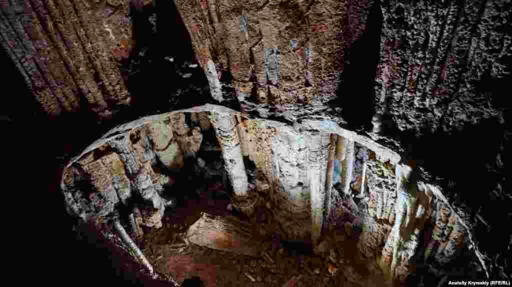 Дворівневе озеро, з якого вже давно пішла вода, в залі Дублянського