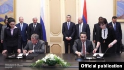 Armenia - Igor Sechin (L), chairman of Rosneft, and Artur Alaverdian of Oil Techno sign an agreement in Yerevan, 4Apr2013.