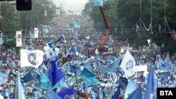"""Големият син митинг на Орлов мост, когато за пръв и последен път се събраха на едно място над един милион души. Цялото """"Цариградско шосе"""" до хотел """"Плиска"""" беше плътно заето от хора, дошли на предизборен митинг на опозицията (СДС). Хората пееха песента на """"Щурците"""" """"Аз не съм комунист"""" и скандираха """"45 години стигат""""."""