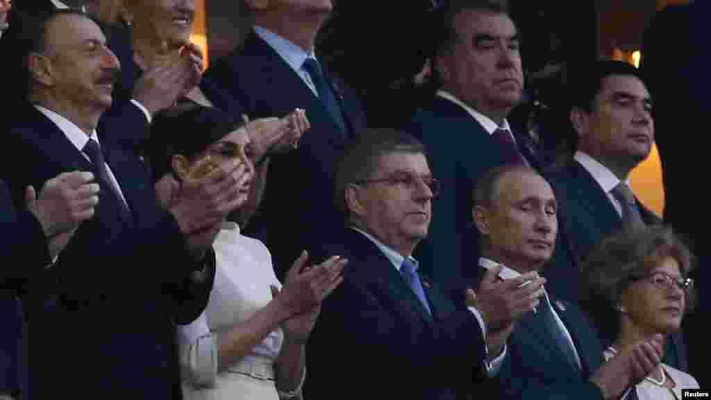Президент России Владимир Путин (справа), президент МОК Томас Бах (второй справа) и президент Азербайджана Ильхам Алиев (слева) на церемонии открытия Европейских игр в Баку.
