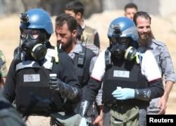 Противогаз киген БҰҰ инспекторлары Дамаскінің төңірегіндегі «газ шабуылы болған» деген болжам айтылған жерді зерттеп жүр. 28 тамыз 2013 жыл.