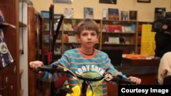 Strahinja sa poklonjenim biciklom