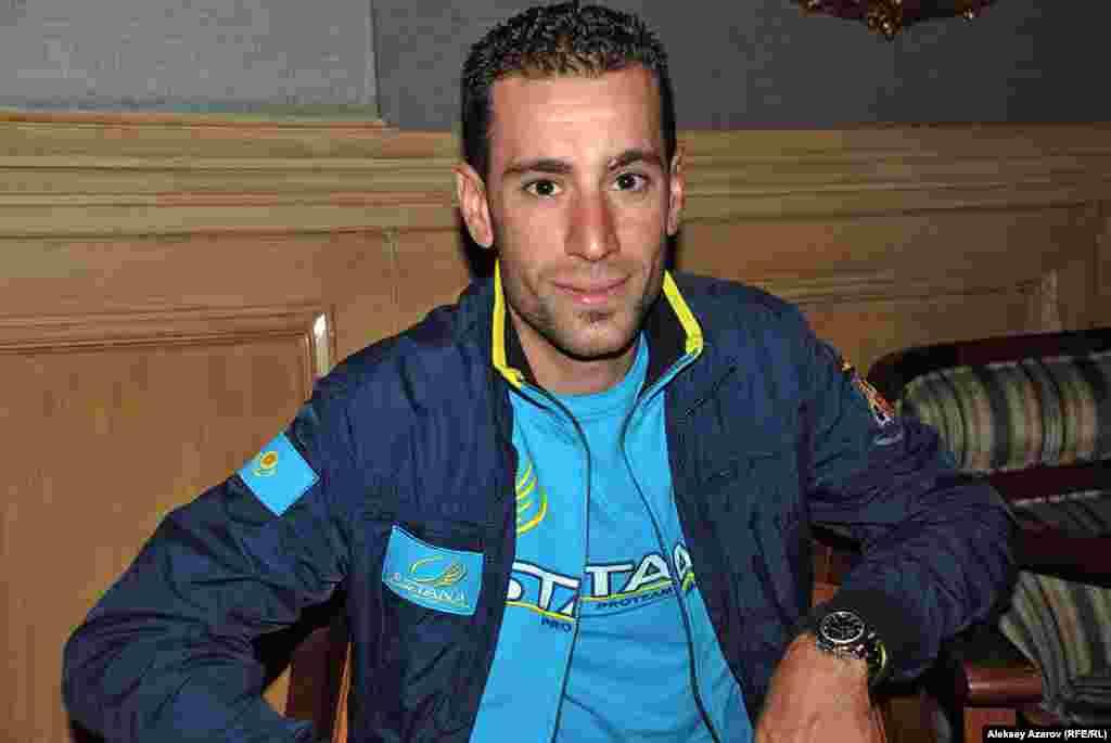 В составе Pro Team Astanaв велогонке принял участиеи один из самых известных спортсменов современности – итальянец Винченцо Нибали. Он – шестой велогонщик в истории, выигравший все три гранд-тура:Giro d'Italia, Tour de Franceи Vuelta a España. Как стало известно, из Усть-Каменогорска даже приехала группа любителей велоспорта, чтобы посмотреть на Винченцо Нибали.