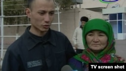 Uzbekistan - released prisoner with his mother near prison, where?, 28Mar2012