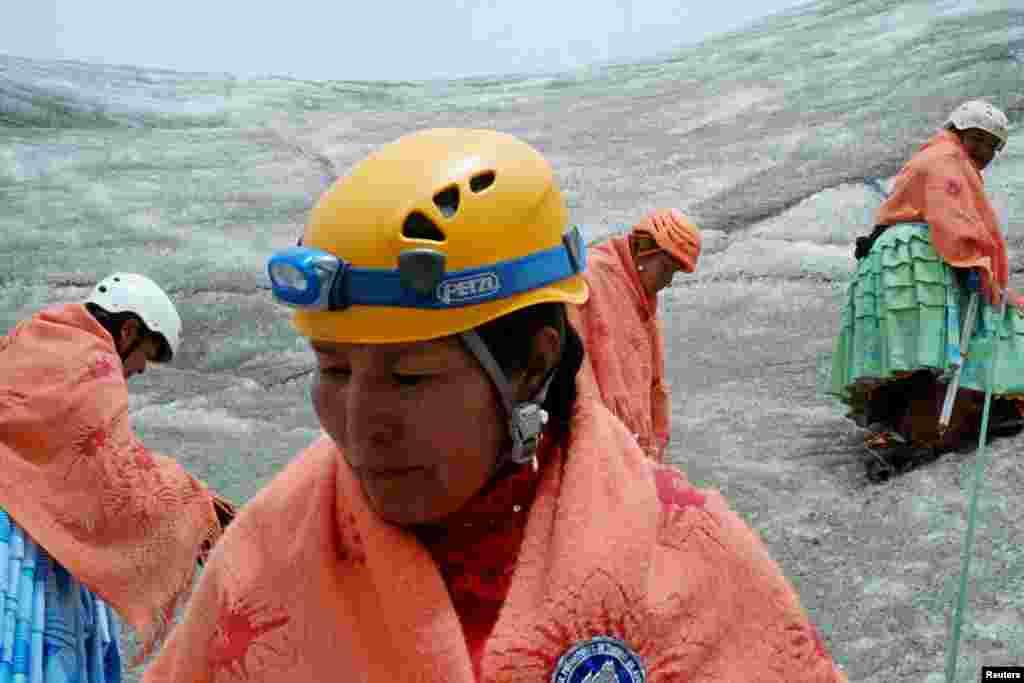 """""""Впервые мы поднялись на Уайна Потоси [гора в Андах высотой шесть тысяч метров над уровнем моря]. Я плакала. Но я сильная. Я не остановлюсь, пока не поднимусь на все восемь главных здешних пиков"""", – говорит 50-летняя Дора Магуэньо."""