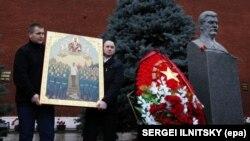 Відзначення дня народження Йосипа Сталіна на його могилі біля Кремлівської стіни на Червоній площі. На фотографії ікона із зображенням радянського диктатора. Москва, 21 грудня 2015 року