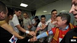 Македонскиот претседател Ѓорге Иванов им честите на на македонските ракометари по победата над Полска