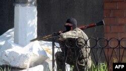 Участник пророссийского вооруженного отряда в Славянске. 6 мая 2014 года.
