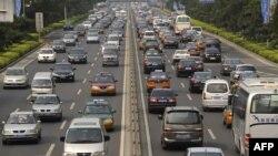 Власти уже трех крупнейших китайских городов - Пекина, Шанхая и Гуанчжоу - ограничивают регистрацию новых автомобилей из-за постоянных пробок и смога