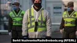 Ucraina: poliția asigură respectarea carantinei la Mănăstire Pecersk Lavra, Kiev, 18 aprilie 2020.
