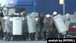 Барымтага алынган тажик жарандарын бошотуу учурунда милиция менен жергиликтүү тургундар кагылыша кетти. Баткен, 22-июнь, 2012.