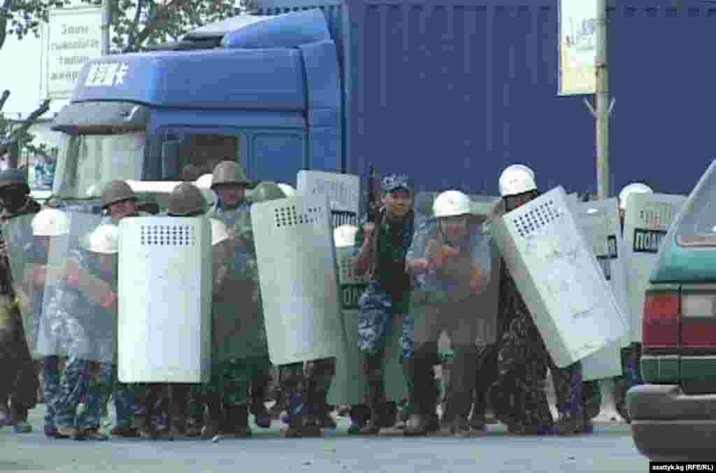 Беспорядки в Баткен. Силовики были вынуждены применить шумовые гранаты.