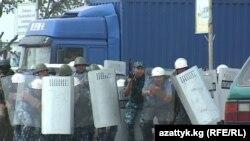 Махсус отряд митингчиларни тарқатиш учун кўздан ёш чиқарувчи газ қўллади.